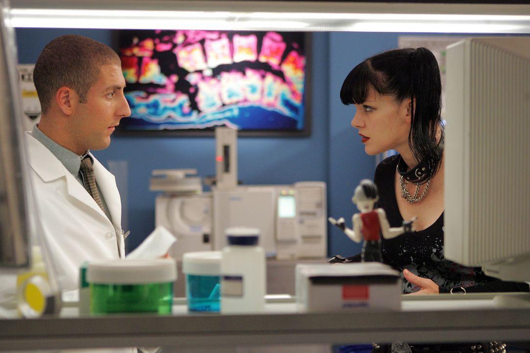 Abby (Pauley Perrette, r.) ist überzeugt, dass Tony kein Mörder ist und versucht dies zu beweisen. Charles (Michael Bellisario, l.) dagegen kommt ih... - Bildquelle: TM &   2006 CBS Studios Inc. All Rights Reserved.