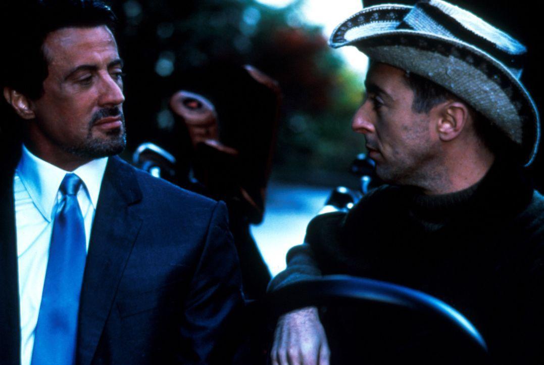 Der Computer-Millionär Jeremy Kinnear (Alan Cumming, r.) möchte seinen Partner loswerden und bietet deshalb Jack Carter (Sylvester Stallone, l.) s... - Bildquelle: Warner Bros.