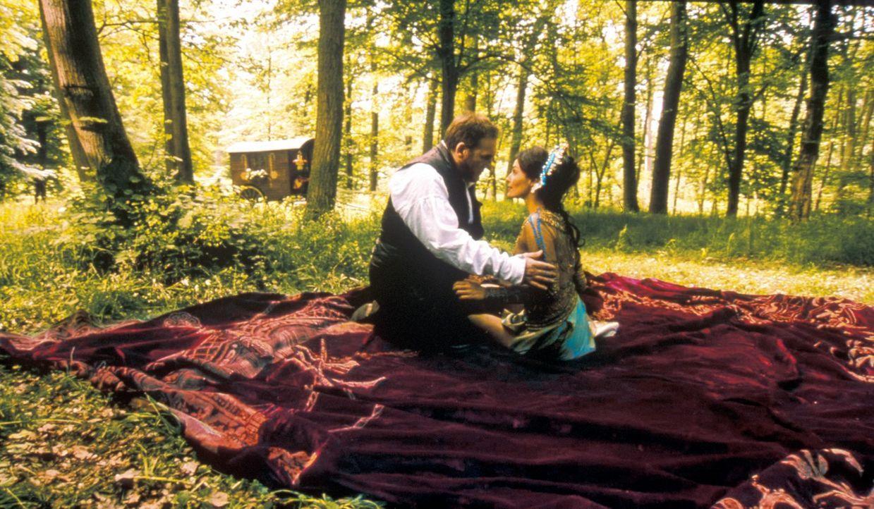 Verbindet Vidocq (Gérard Depardieu, l.) und Préah (Inés Sastre, r.) mehr als nur Freundschaft? - Bildquelle: Studio Canal