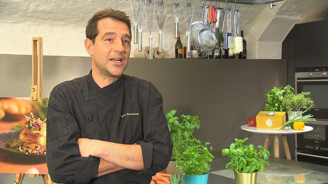 Koch Martin Baudrexel fordert drei Kochteams heraus: Diese bekommen eine vom Profikoch gepackte Box mit allen Zutaten, sowie einigen Videoclips, um... - Bildquelle: kabel eins