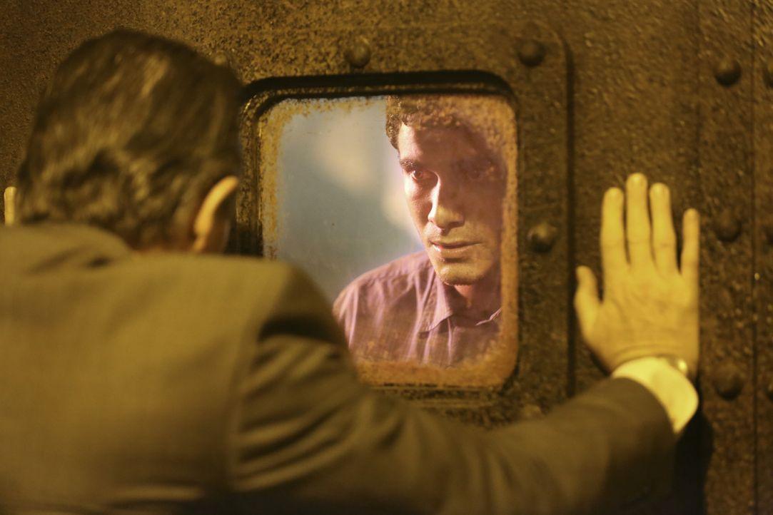 Kann Walter (Elyes Gabel, r.) Cabe (Robert Patrick, l.) retten, bevor die radioaktive Strahlung ihn tötet? - Bildquelle: Adam Taylor 2014 CBS Broadcasting, Inc. All Rights Reserved / Adam Taylor