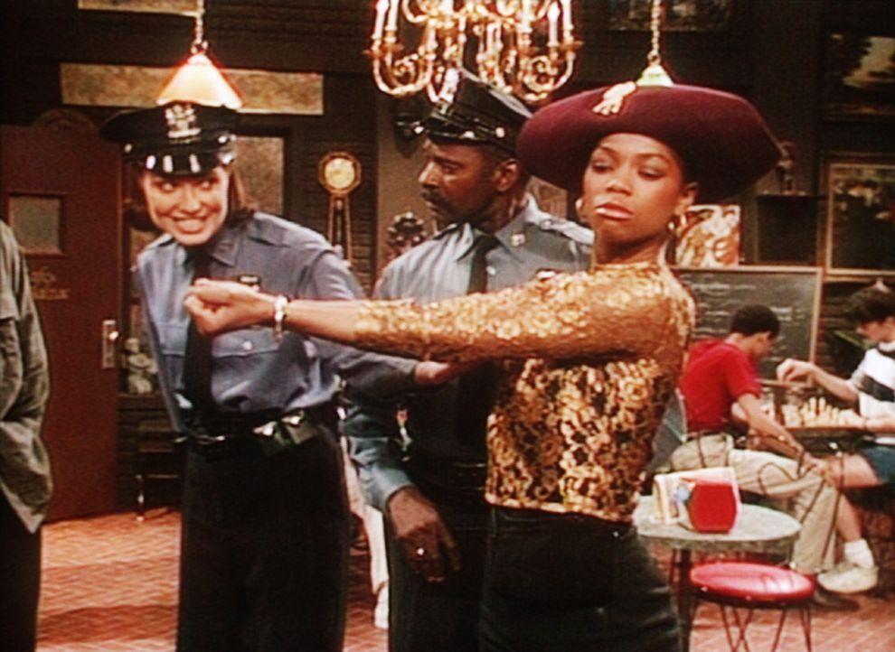 Etwas theatralisch, wie es sich für eine Schauspielschülerin gehört, erwartet Jade (Vanessa Williams, r.) ihre Verhaftung durch die Staatsgewalt. - Bildquelle: Viacom