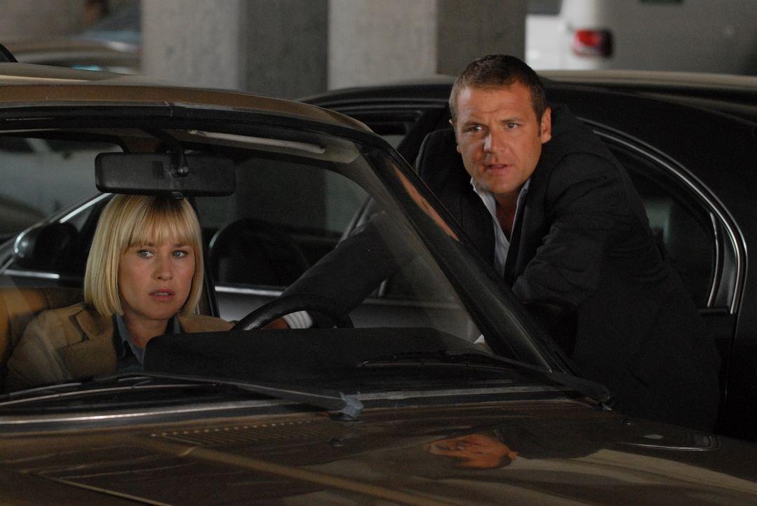 Fest davon überzeugt, dass ein junges Mädchen in großer Gefahr ist, bittet Allison (Patricia Arquette, l.) Detective Lee Scanlon (David Cubitt, r.),... - Bildquelle: Paramount Network Television