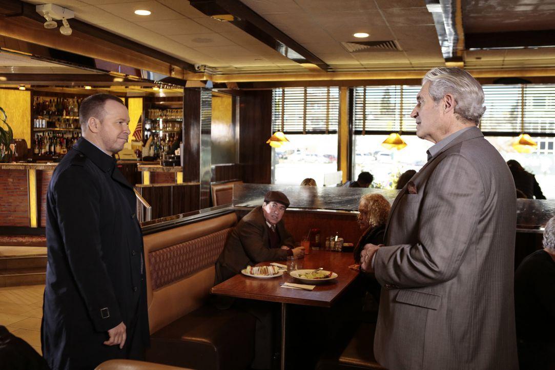 Danny (Donnie Wahlberg, l.) trifft auf den Ex-Häftling Constantine (Michael Nouri, r.), der seine Haftstrafe eigentlich gerade abgesessen hatte. Mus... - Bildquelle: Giovanni Rufino 2016 CBS Broadcasting Inc. All Rights Reserved