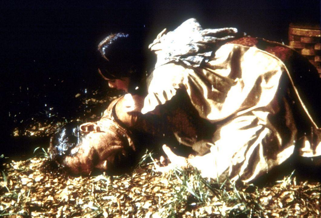 Jenny (Shannen Doherty, r.) ist verzweifelt, ihr Vater Royal (Nicholas Pryor, l.) ist völlig erschöpft zusammengebrochen. - Bildquelle: Worldvision
