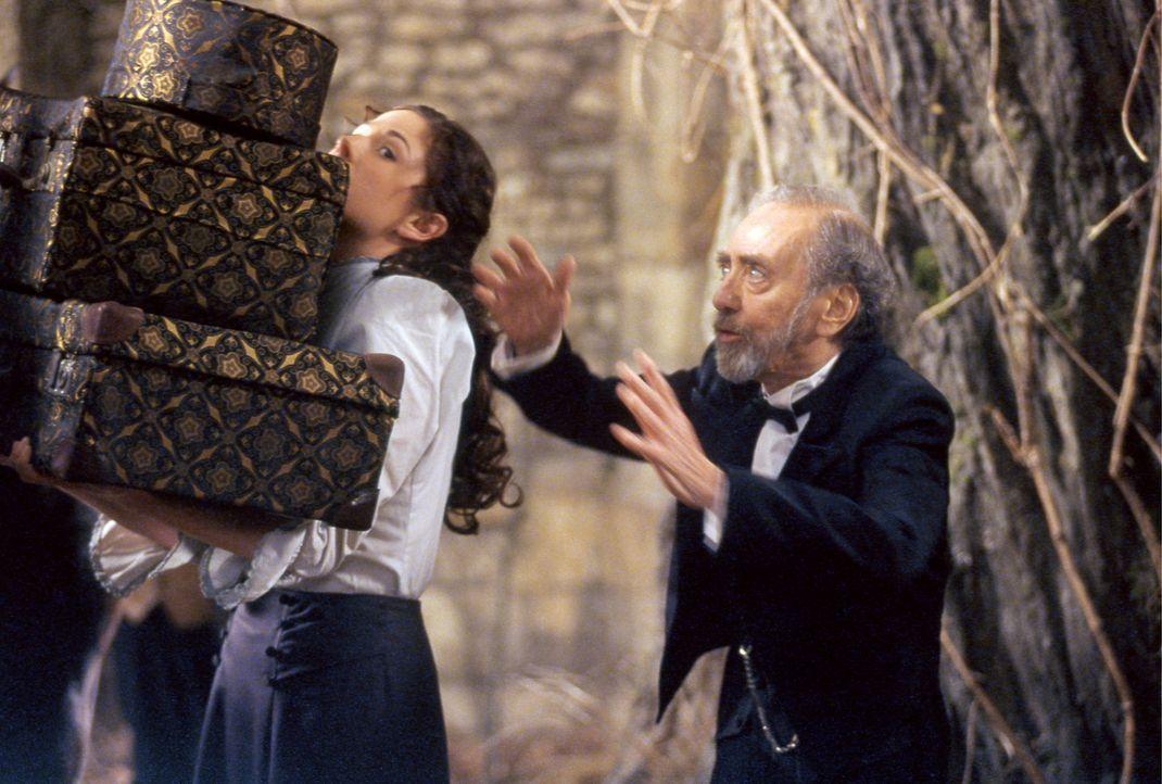 Der Kastellan (Hans Clarin, r.) und Konstanzia (Ellenie Salvo González, l.) müssen das Gepäck der zickigen Gräfin Leonora ins Schloss verfrachten ..... - Bildquelle: Constantin Film