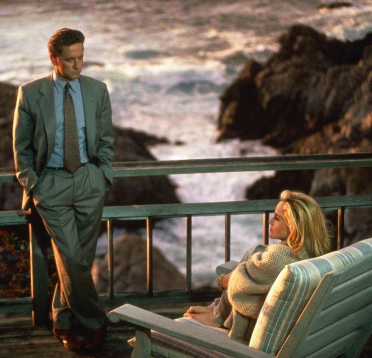 Detective Nick Curran (Michael Douglas, l.) stattet der Krimibuchautorin Catherine Tramell (Sharon Stone, r.) einen Besuch ab. Sie wird verdächtigt... - Bildquelle: 1992 Carolco Pictures Inc. and Le Studio Canal+ S.A. All Rights Reserved.