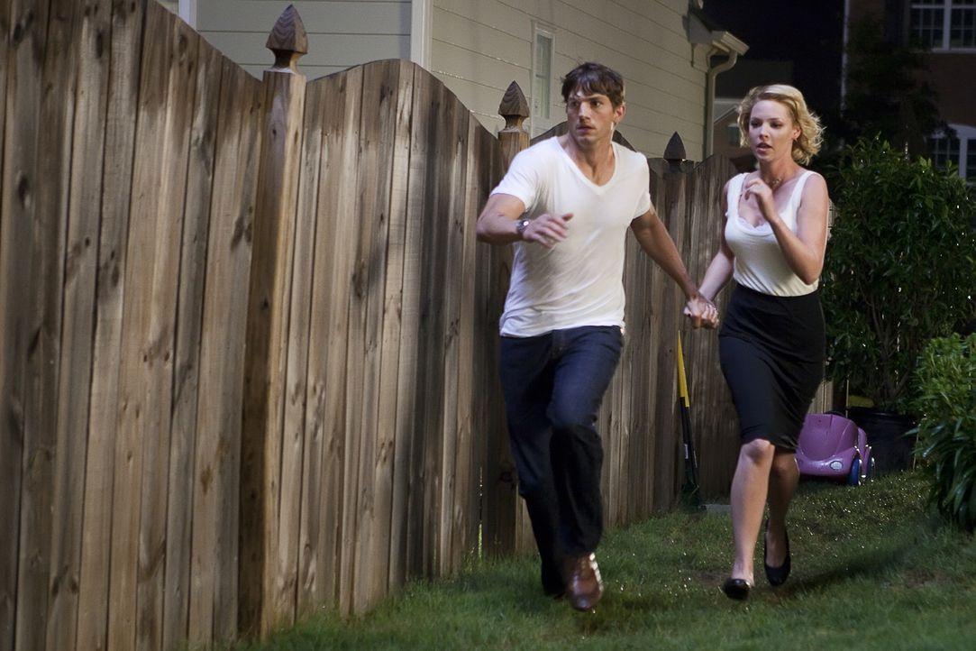 Drei Jahre lang konnte Spencer (Ashton Kutcher, l.) seiner Frau Jen (Katherine Heigl, r.) verheimlichen, dass er einst ein Killer mit Regierungsauft... - Bildquelle: Kinowelt GmbH