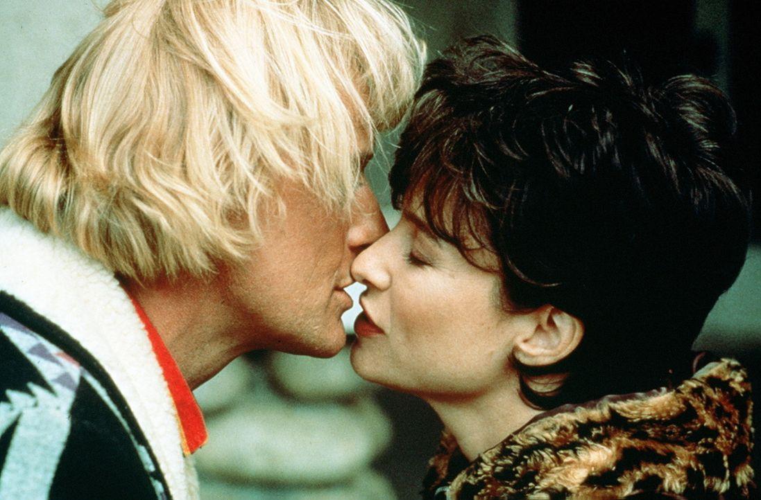Bahnt sich zwischen Frank Warren (Rutger Hauer, l.) und Tracy (Mimi Rogers, r.) etwas an? - Bildquelle: Home Box Office (HBO)