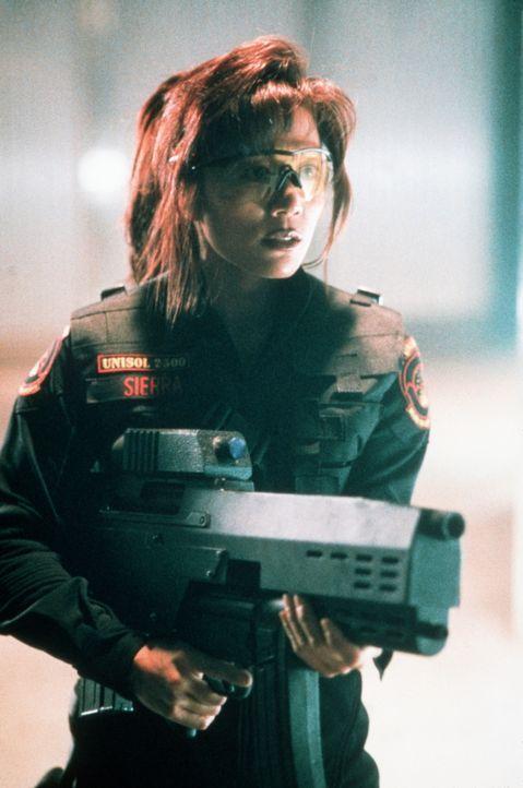 Verzweifelt versucht Maggie (Kiana Tom), den Supercomputer S.E.T.H. aufzuhalten. Doch dessen Macht ist schier unbezwingbar ... - Bildquelle: Columbia TriStar Film GmbH