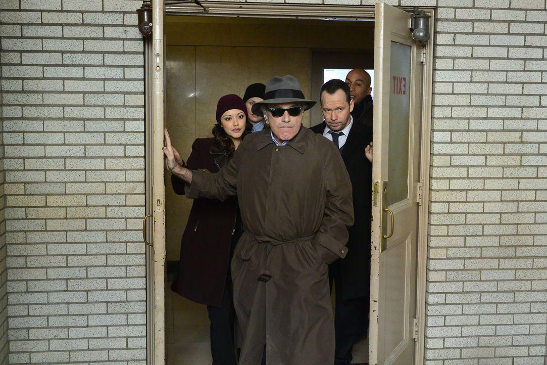 Danny (Donnie Wahlberg, r.) und Baez (Marisa Ramirez, l.) müssen dafür sorgen, den Informanten (Dan Hedaya, M.) heimlich und unverletzt wieder aus d... - Bildquelle: John Paul Filo 2014 CBS Broadcasting Inc. All Rights Reserved.