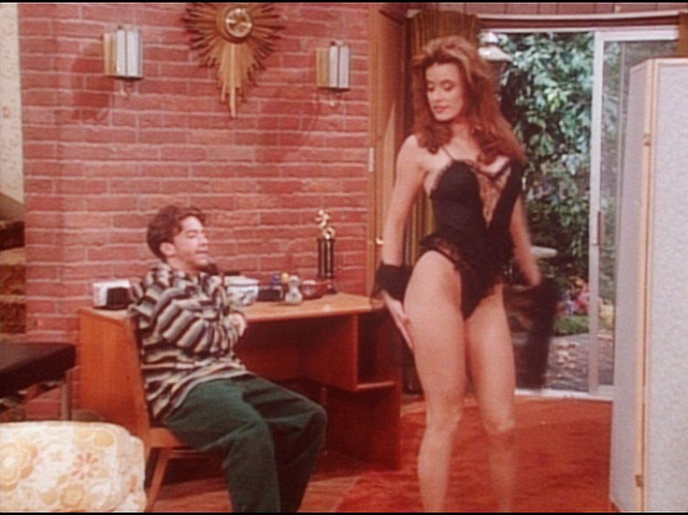 Bud (David Faustino, l.) lässt sich von der attraktiven Mindy (Terri Wilgre, r.) Damenunterwäsche vorführen. - Bildquelle: Columbia Pictures