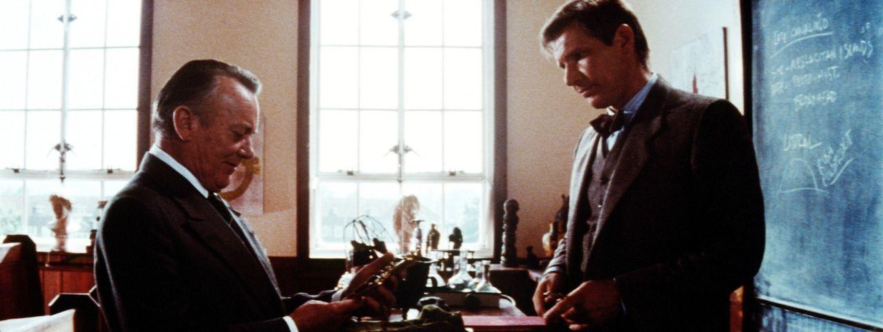 Von seinem Abenteuer vor der Küste Portugals erfolgreich zurückgekehrt in sein Klassenzimmer, kann Indiana (Harrison Ford, r.) endlich das Kreuz C... - Bildquelle: Paramount Pictures