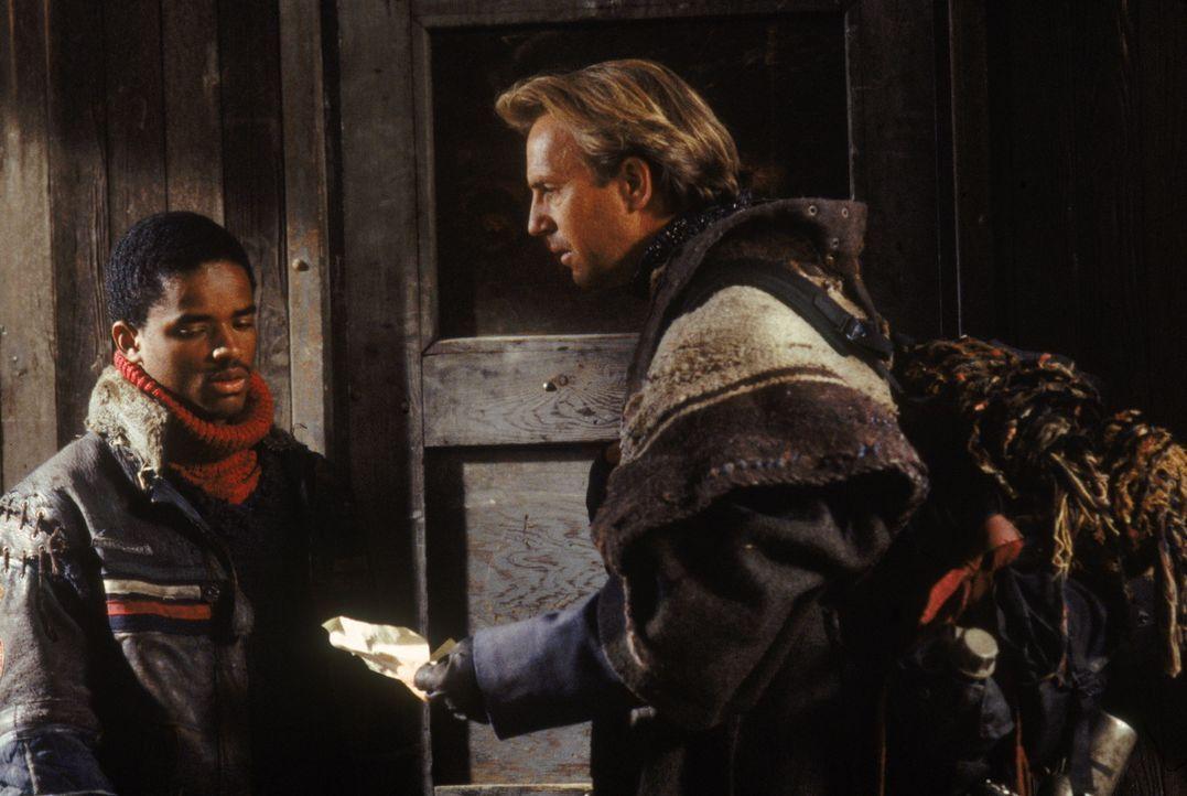 Gegen seinen Willen muss ein Mann (Kevin Costner, r.) den Holnisten beitreten, die vom fürchterlichen Bethlehem angeführt werden. Auf seiner Fluch... - Bildquelle: Warner Bros. Pictures