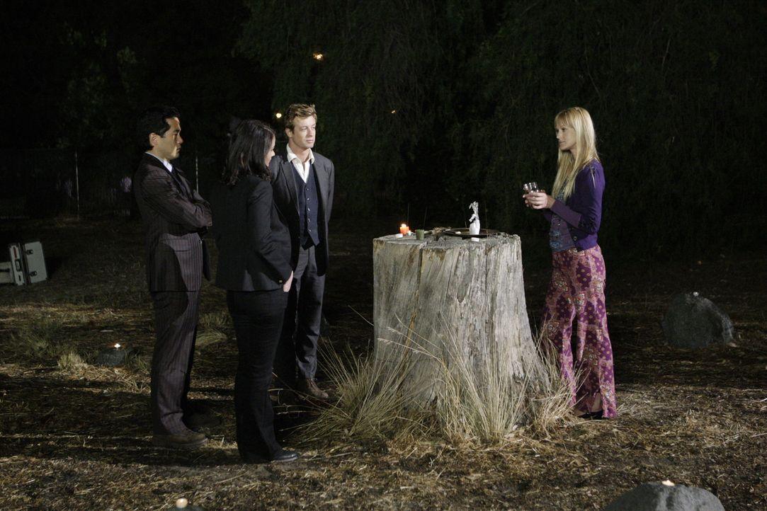 Auf der Suche nach dem 16-jährigen Cody Elkins machen Kendall Cho (Tim Kang, l.), Teresa Lisbon (Robin Tunney, 2.v.l.) und Patrick Jane (Simon Baker... - Bildquelle: Warner Bros. Television