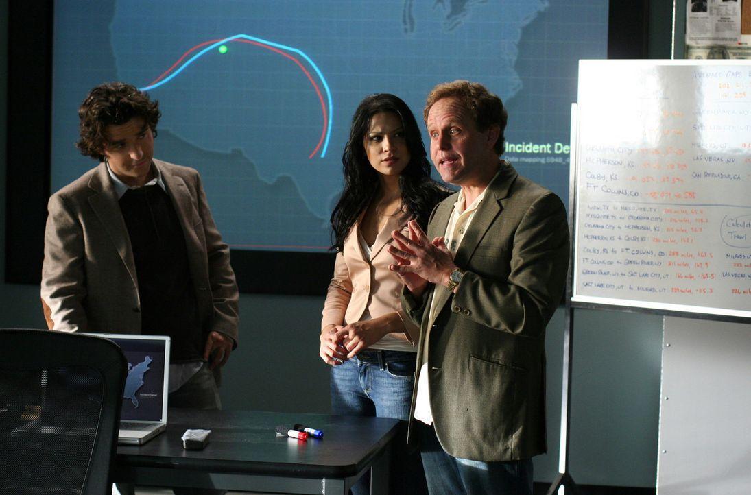 Mit Hilfe von Charlie (David Krumholtz, l.) erhoffen sich Don, Larry (Peter MacNicol, r.) und  Amita (Navi Rawat, M.) einen neuen Fall zu lösen ... - Bildquelle: CBS International Television