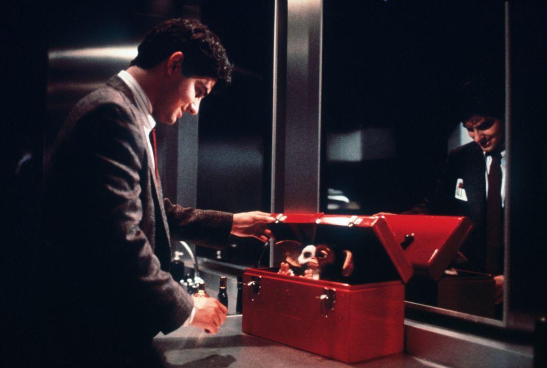 In einem Gen-Labor des Medienunternehmens Clamp trifft Billy (Zach Galligan) nach sechs Jahren wieder auf sein niedliches, ehemaliges Haustier Gizmo... - Bildquelle: Warner Bros.