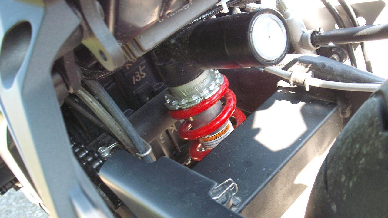 Federbein samt Ausgleichsbehälter - Bildquelle: Kabel eins