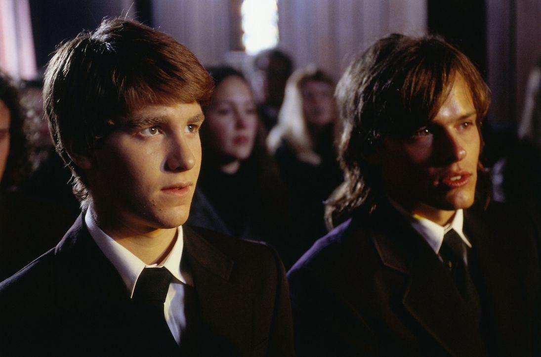 Weder Tommy (Toby Moore, r.) noch die anderen Familienmitglieder ahnen, dass Michael Skakel (Jon Foster, l.) krankhaft eifersüchtig und schrecklich... - Bildquelle: Sony Pictures Television International. All Rights Reserved.
