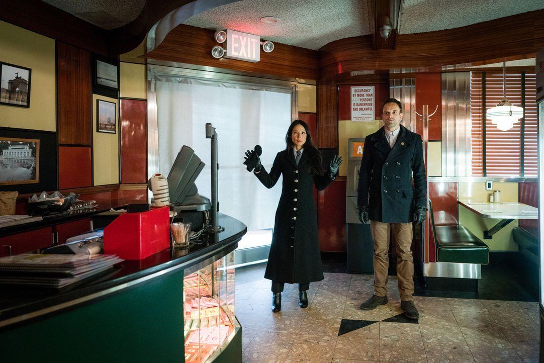 Joan (Lucy Liu, l.) und Sherlock (Jonny Lee Miller, r.) werden Opfer eines Geiselnehmers, der von ihnen verlangt, den für den Tod seines Sohnes Vera... - Bildquelle: Michael Parmelee 2016 CBS Broadcasting, Inc. All Rights Reserved