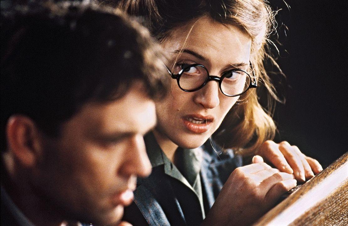 Gemeinsam mit Claires Mitbewohnerin Hester (Kate Winslet, r.) macht sich Tom Jericho (Dougray Scott, l.) auf die gefährliche Suche nach Claire, dab... - Bildquelle: Senator Film