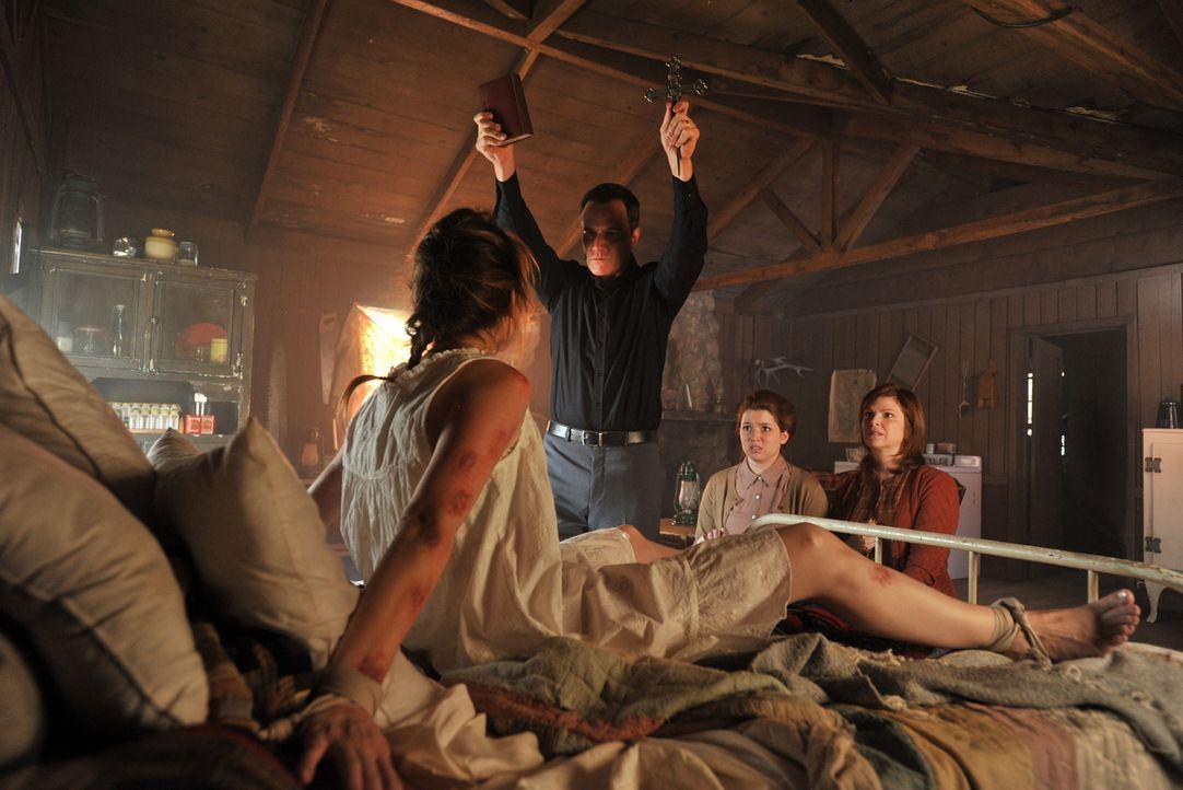 Hannah (Jennifer Stone, 2.v.r.) und Laura (Margaret Easley, r.) beobachten wie Caleb Banks (Tim DeKay, 2.v.l.) eine Teufelsaustreibung, die fatale F... - Bildquelle: 2013 American Broadcasting Companies, Inc. All rights reserved.
