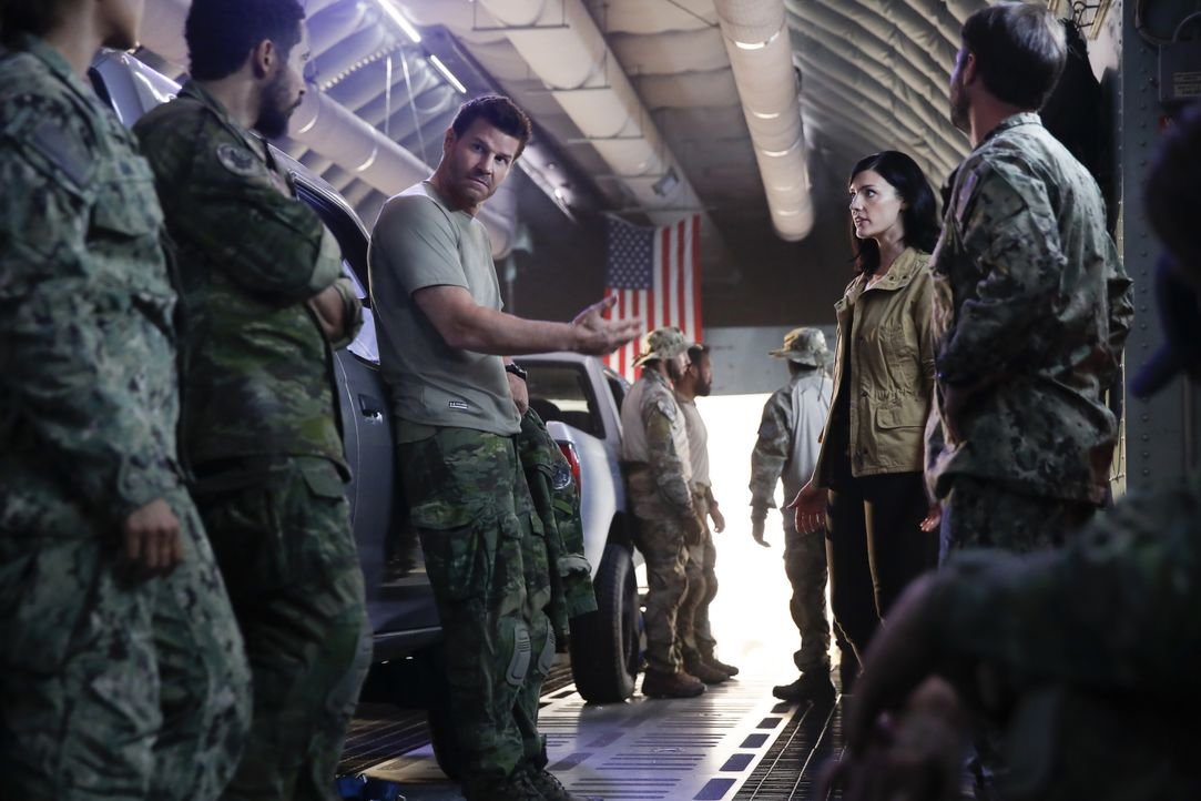 Als in Brasilien eine CIA-Agentin von Unbekannten entführt wird, schickt Mandy Ellis (Jessica Paré, 2.v.r.) Jasons (David Boreanaz, M.) SEAL Team in... - Bildquelle: Cliff Lipson Cliff Lipson/CBS  2017 CBS Broadcasting, Inc. All Rights Reserved / Cliff Lipson