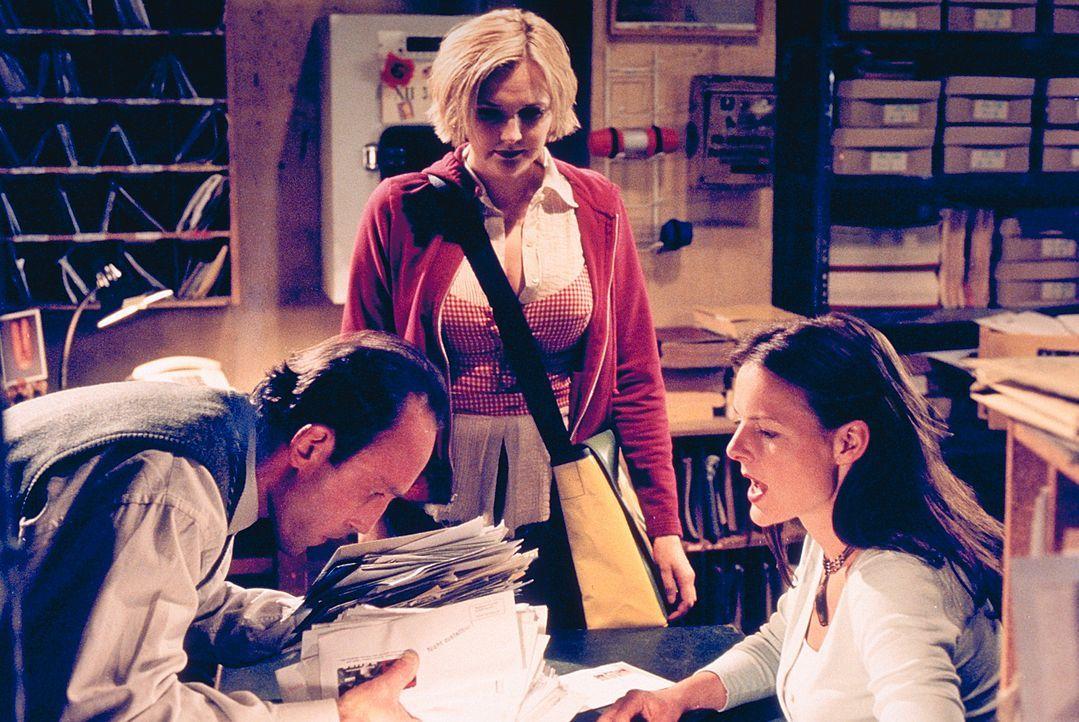 """Nach einem """"Betriebsunfall"""" mit ihrem Vorgesetzten wird die Postangestellte Jenny (Annika Pages, r.) in die Abteilung """"Dead Letters Office"""" strafver... - Bildquelle: Mühle ProSieben"""