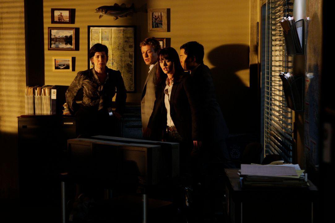 Nachdem in der CBI-Zentrale ein Anschlag verübt wurde, beginnen Kimball (Tim Kang, r.), Teresa (Robin Tunney, 2.v.r.) und Patrick (Simon Baker, 2.v.... - Bildquelle: Warner Bros. Television