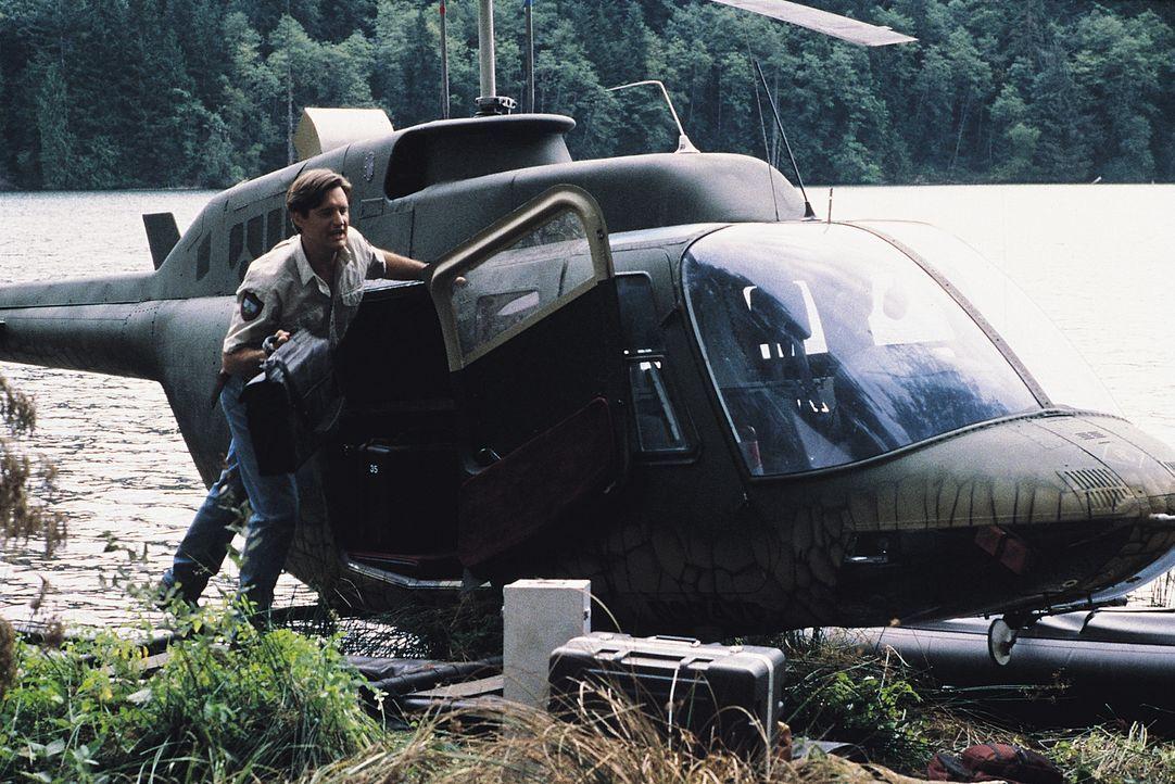 Mit einer groß angelegten Lockaktion, bei der eine an einem Hubschrauber hängende Kuh als Köder eingesetzt wird, hofft Wildhüter Jack (Bill Pullman)... - Bildquelle: Tobis Film