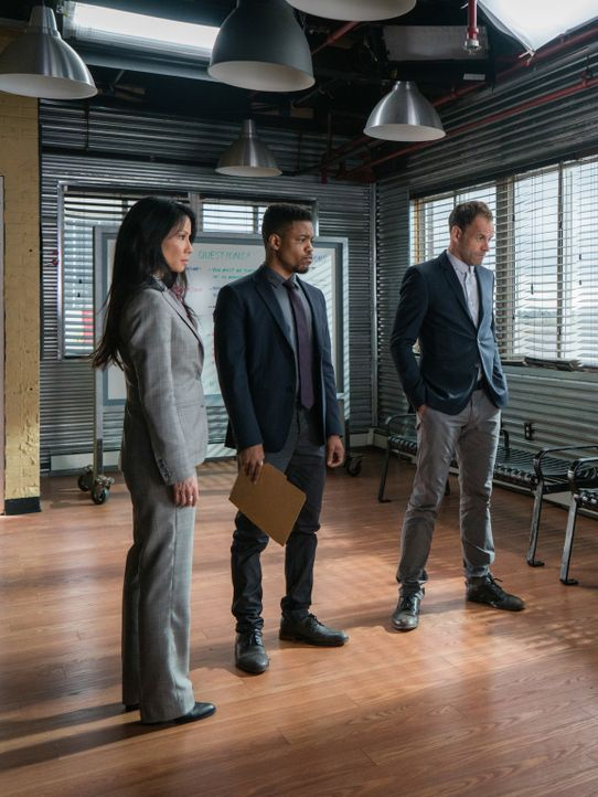 Nachdem ein Fallschirmspringer direkt von Himmel geschossen wird, sind Watson (Lucy Liu, l.), Bell (Jon Michael Hill, M.) und Holmes (Jonny Lee Mill... - Bildquelle: Michael Parmelee 2016 CBS Broadcasting, Inc. All Rights Reserved