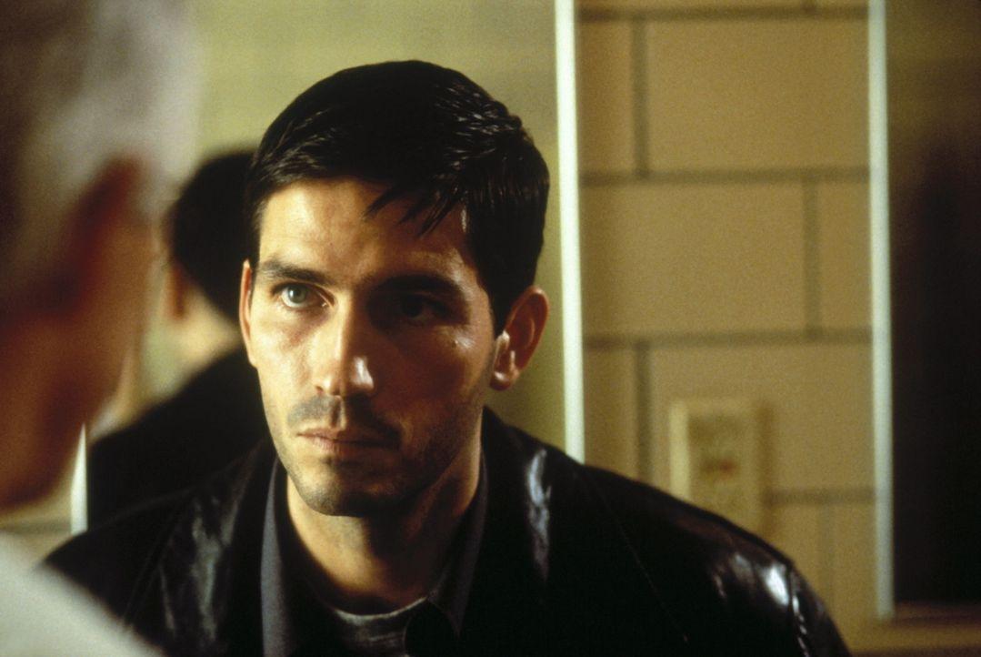 """Der liebenswerte New Yorker Cop John Sullivan (James Caviezel) hat den frühen Tod seines Vaters nie verkraftet. Eines Tages stöbert er in dessen """"... - Bildquelle: New Line Cinema"""