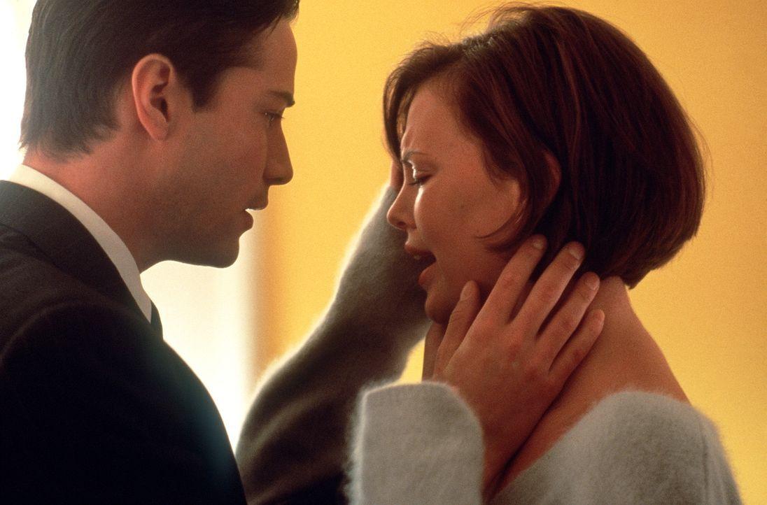 Als seine Frau Mary Ann (Charlize Theron, r.) behauptet, von seinem Chef vergewaltigt worden zu sein, schenkt Kevin (Keanu Reeves, l.) ihr keinen Gl... - Bildquelle: Warner Bros.