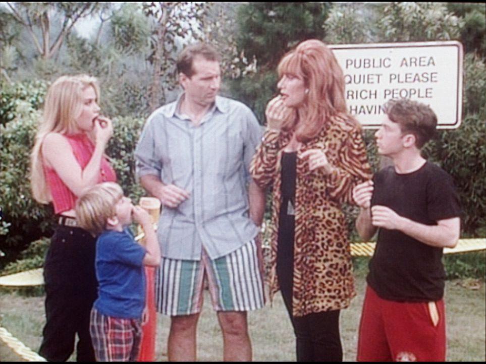 (v.l.n.r.) Kelly (Christina Applegate), Sieben (Shane Sweet), Al (Ed O'Neill), Peggy (Katey Sagal) und Bud (David Faustino) wollen im Park Geburtsta... - Bildquelle: Columbia Pictures