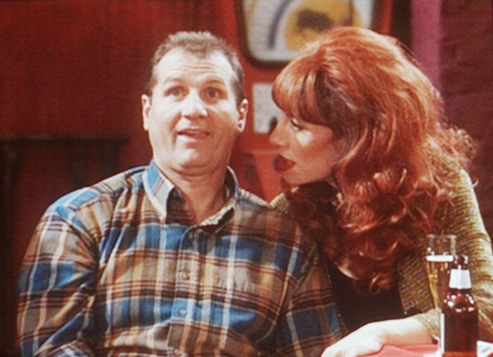 Al (Ed O'Neill, l.) will Peggy (Katey Sagal, r.) überzeugen, dass er gegen Stripperinnen immun ist. - Bildquelle: Columbia Pictures