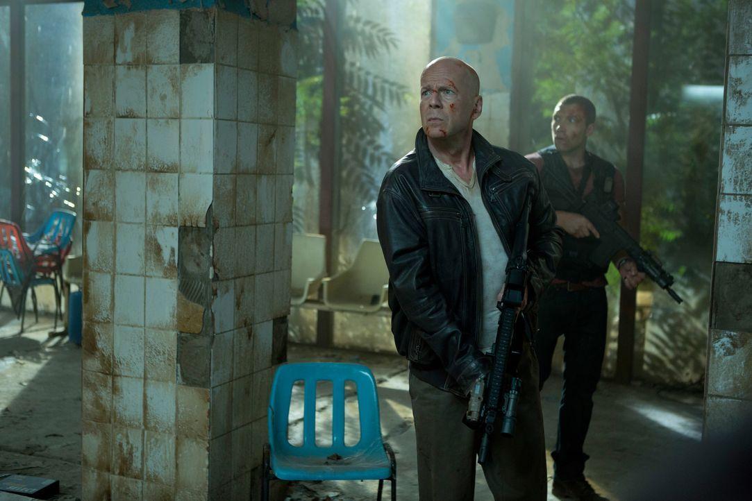 Johns (Bruce Willis, l.) Sohn Jack (Jai Courtney, r.) arbeitet für den CIA und soll in Russland den Raub gefährlicher Atomwaffen verhindern. Keine F... - Bildquelle: 2013 Twentieth Century Fox Film Corporation. All rights reserved.