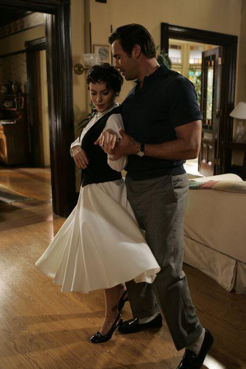 Drake (Billy Zane, r.) hat Pheobe (Alysaa Milano, l.) zu einem Tanz aufgefordert ... - Bildquelle: Paramount Pictures