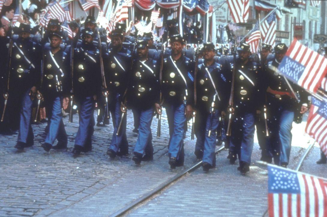 1862: In Amerika tobt der Bürgerkrieg. Nach der verlorenen Schlacht bei Antietam wird der junge weiße Nordstaaten-Colonel Robert G. Shaw beauftrag... - Bildquelle: TriStar Pictures