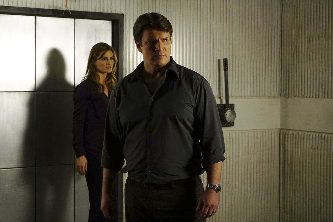 Nachdem Castle (Nathan Fillion, r.) entführt wurde, setzen Beckett (Stana Katic, l.) und das gesamte Team alles in Bewegung, um ihn lebend aus den F... - Bildquelle: Richard Cartwright 2016 American Broadcasting Companies, Inc. All rights reserved.