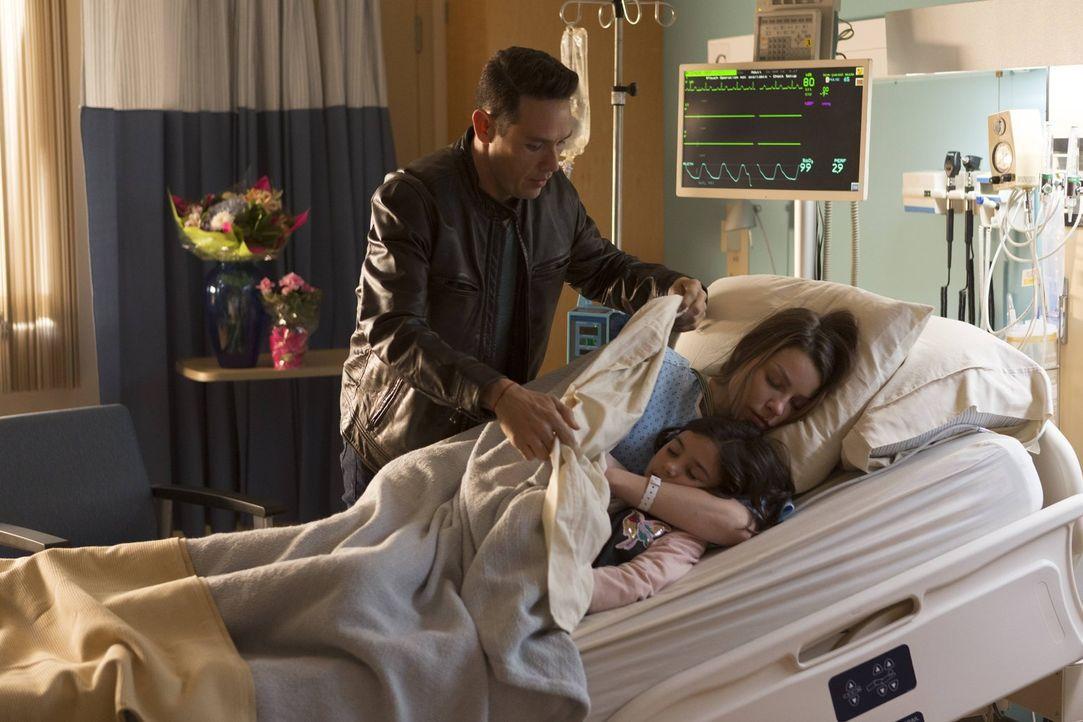 Während sich Dan (Kevin Alejandro, l.) um die vergiftete Chloe (Lauren German, r.) und die kleine Trixie (Scarlett Estevez, vorne) kümmert, sieht Lu... - Bildquelle: 2016 Warner Brothers
