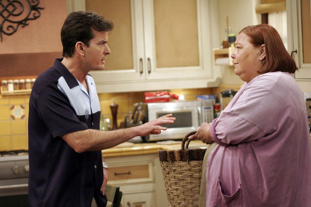 Berta (Conchata Ferrell, r.) kann nicht verstehen, warum Charlie (Charlie Sheen l.) immer gleich so genervt ist ... - Bildquelle: Warner Bros. Television