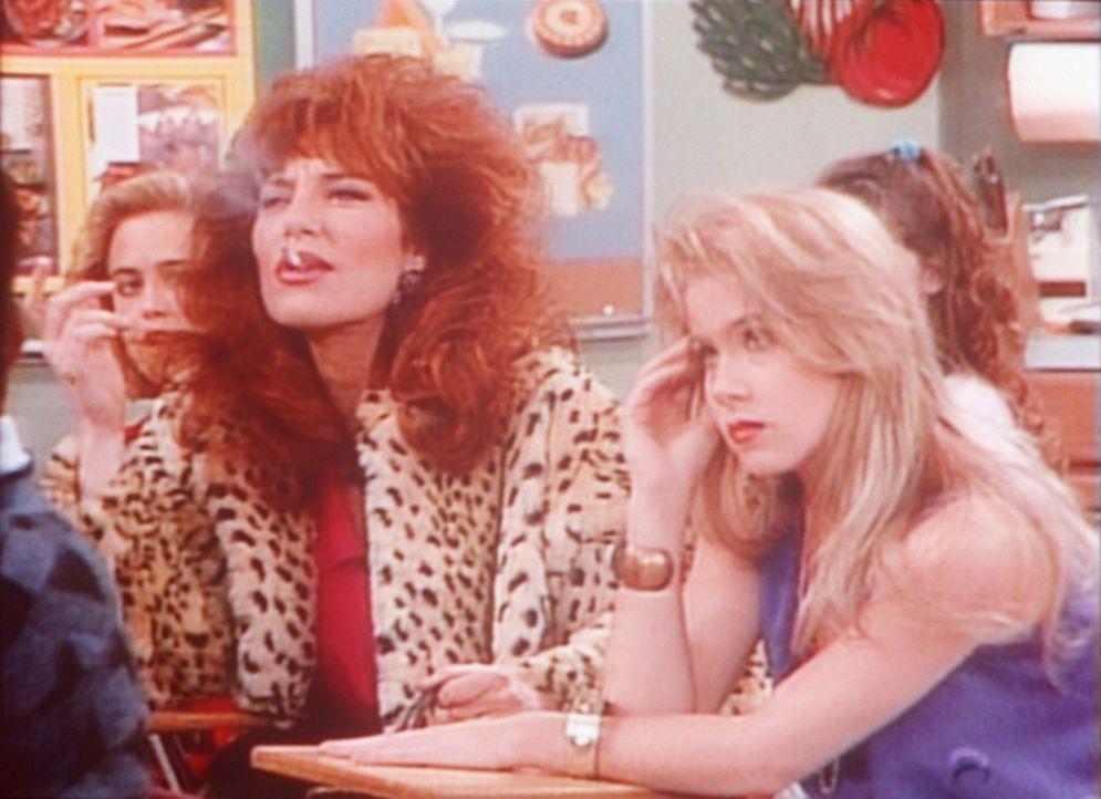 Zu ihrem Ärger muss Kelly (Christina Applegate, r.) zusammen mit ihrer Mutter Peggy (Katey Sagal, l.) die Schulbank drücken. - Bildquelle: Columbia Pictures