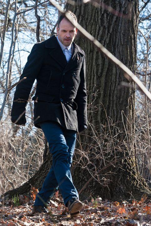 Holmes (Jonny Lee Miller) bei der Untersuchung des Tatortes: Seinem scharfen Auge und seiner außergewöhnlichen Kombinationsgabe entgeht kein Detail... - Bildquelle: CBS Television