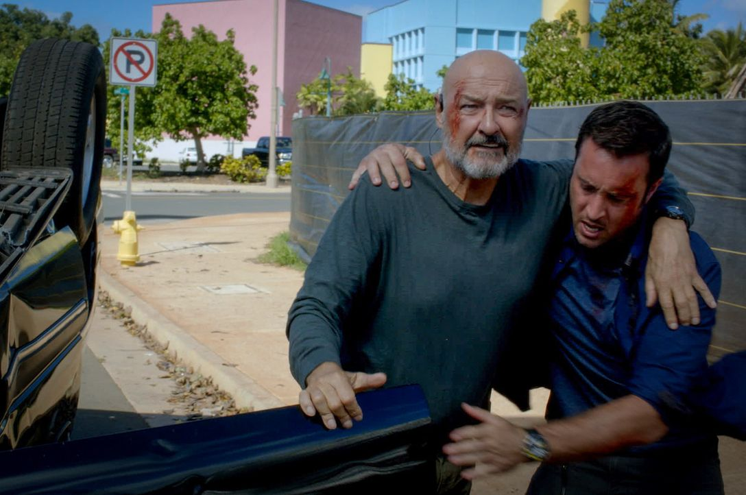 Joe White (Terry O'Quinn, l.) kommt mit einem hochansteckenden Patienten nach Hawaii. Der Helfer hatte sich auf den Philippinen mit einer sehr tödli... - Bildquelle: 2014 CBS Broadcasting Inc. All Rights Reserved.