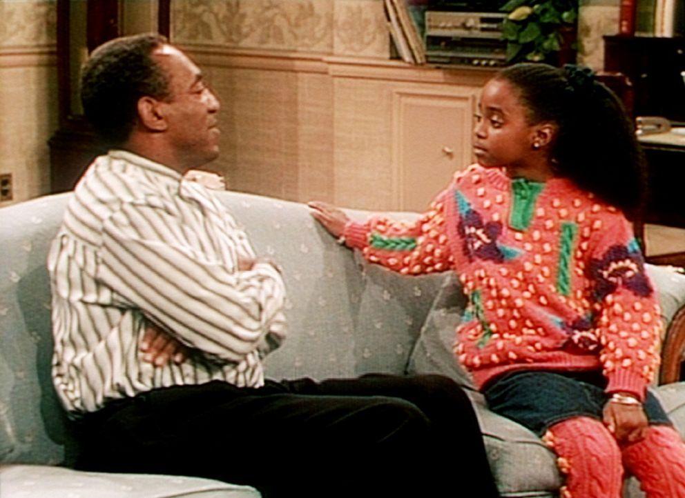 Rudy (Keshia Knight Pulliam, l.) ist sauer, dass sie in ihrem Alter nichts darf, was Erwachsene dürfen. Vater Cliff (Bill Cosby, r.) hat da eine Id... - Bildquelle: Viacom