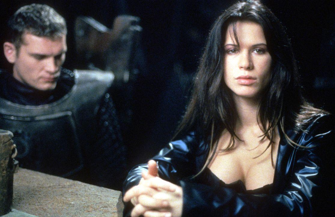 Um Kyra (Rhona Mitra, r.) für sich zu gewinnen, nimmt Roland (Götz Otto, l.) den Kampf mit dem blutgierigen Monster Grendel auf ... - Bildquelle: Kinowelt Filmverleih
