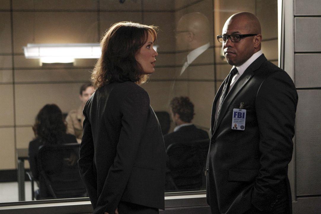 Wer hat Grace aus ihrem Hotelzimmer entführt? Fischer (Emily Swallow, l.) und Abbott (Rockmond Dunbar, r.) starten eine verzweifelte Suche ... - Bildquelle: Warner Bros. Television