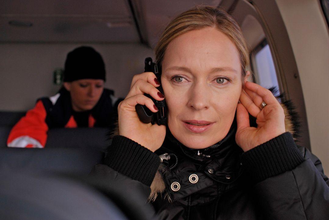 Managerin Britta Schneider (Katja Weitzenböck) hat nicht nur eine havarierte Bohrinsel, sondern auch einen schwer verletzten Ehemann, der mit dem T... - Bildquelle: Gordon Timpen ProSieben