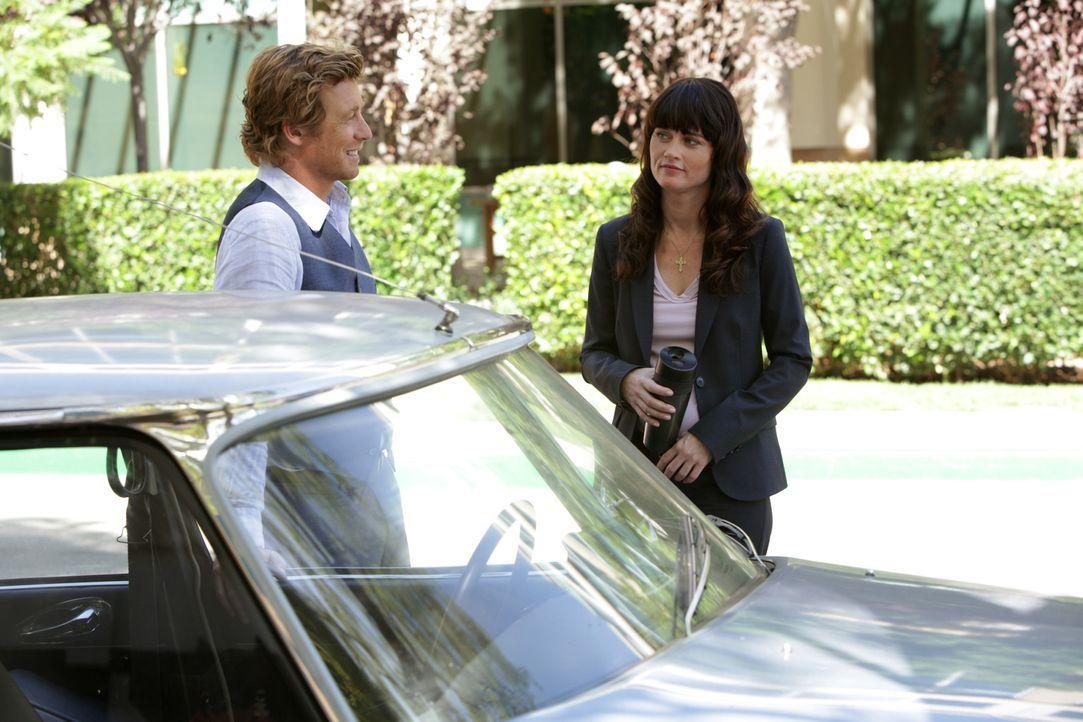 Gemeinsam versuchen Patrick Jane (Simon Baker, l.) und Teresa Lisbon (Robin Tunney, r.), einen neuen Fall zu lösen ... - Bildquelle: Warner Bros. Television