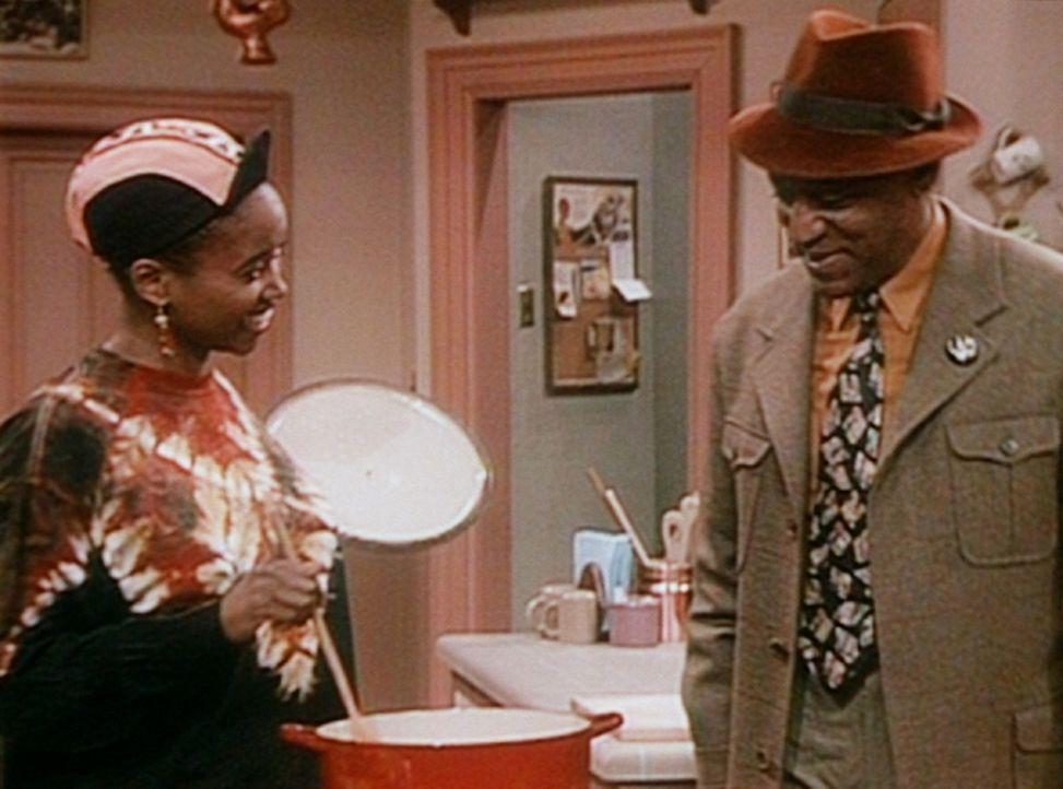 Cliff (Bill Cosby, r.) ist scharf auf die Suppe, die Pam (Erika Alexander, l.) für die erkältete Olivia kocht. - Bildquelle: Viacom